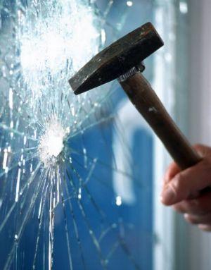 Einbruch durch zerschlagenes Fenster